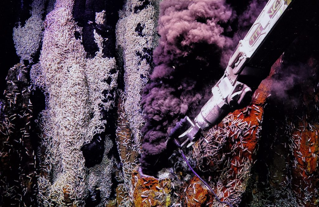 Underwater tool extracting samples from hydrothermal deep sea volcanos.